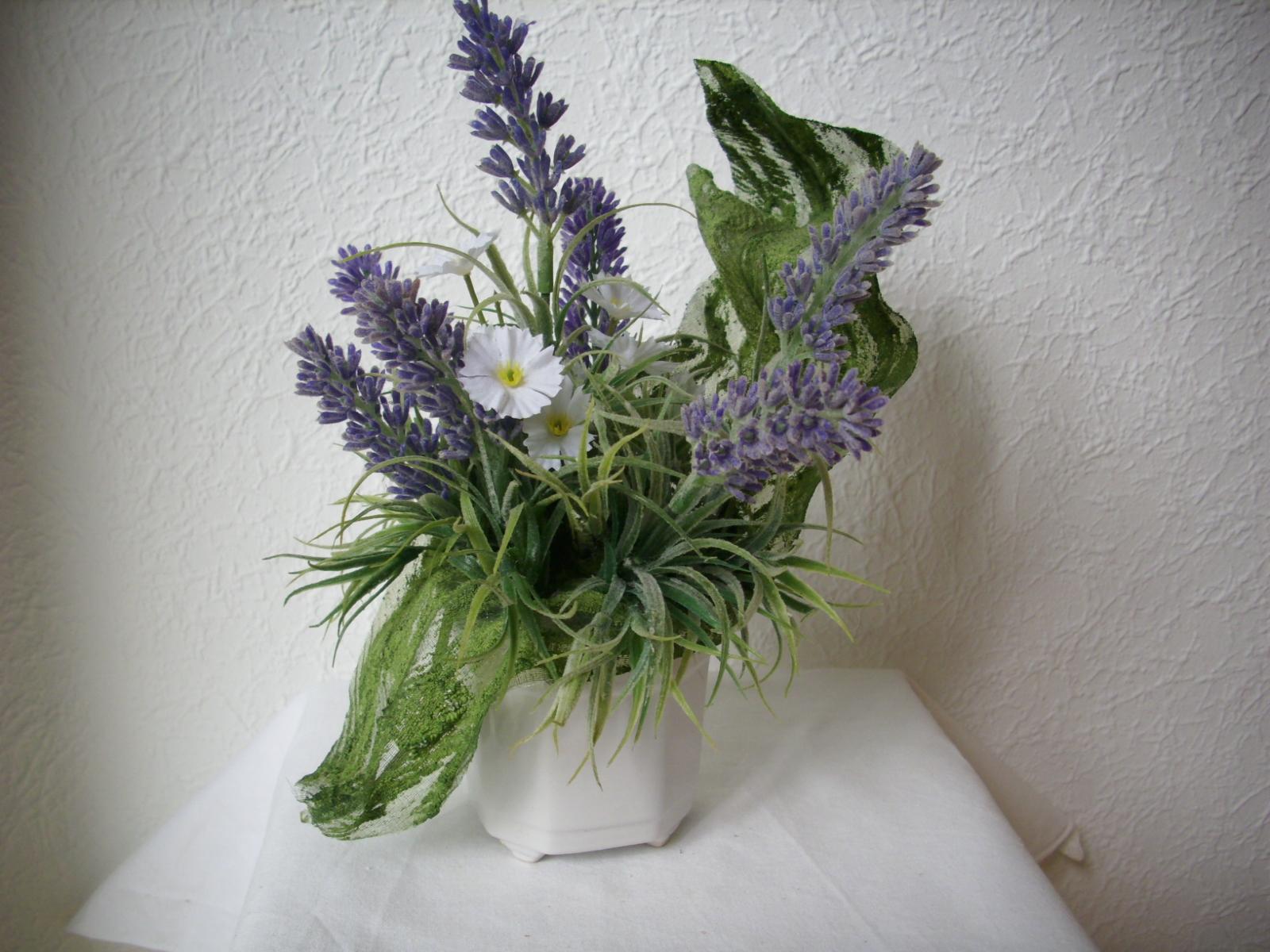 blumengesteck tischgesteck im topf lavendel blau weiss. Black Bedroom Furniture Sets. Home Design Ideas