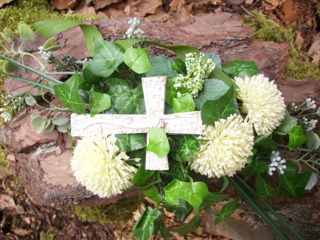 Grabgesteck KREUZ Allium creme grün Rinde Naturdeko