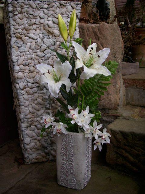 blumengesteck orchideen weiss lilien pink vase keramik. Black Bedroom Furniture Sets. Home Design Ideas