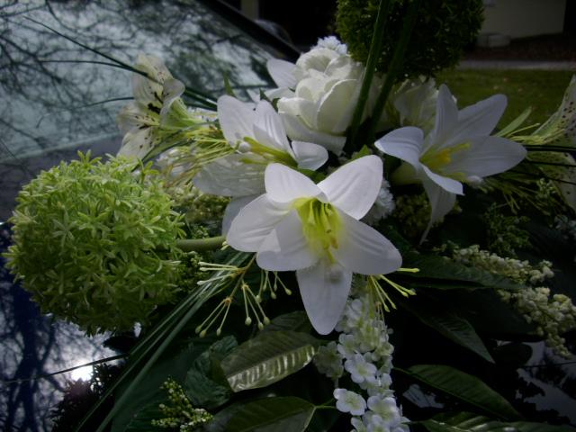 blumengesteck autoschmuck lilien rosen allium gr n creme weiss hochzeit. Black Bedroom Furniture Sets. Home Design Ideas