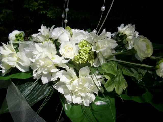 ... zu AUTOGESTECK Tischdeko Rose Hortensien Ranunkel weiss grün HOCHZEIT