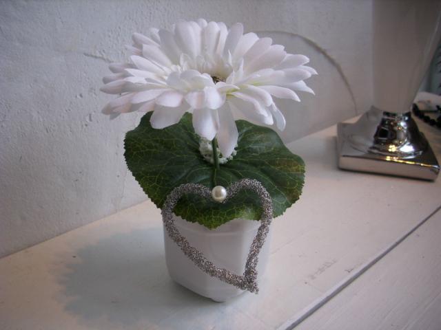 Weißes Blumengesteck In Silbervase Mit 3 Konservierten Rosen Pictures ...